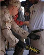 Détecteur de sécurité Superscanner, utilisation par un militaire